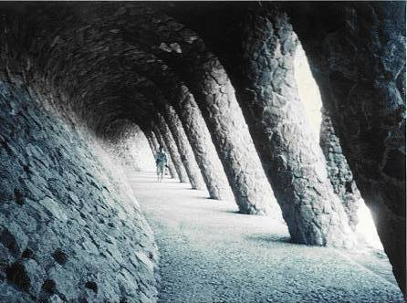 グエル公園の回廊 斜めの壁と柱による不思議な空間