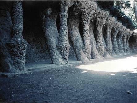 グエル公園の回廊外観 内部では斜めが強調されているが外観は全く趣きが違う。
