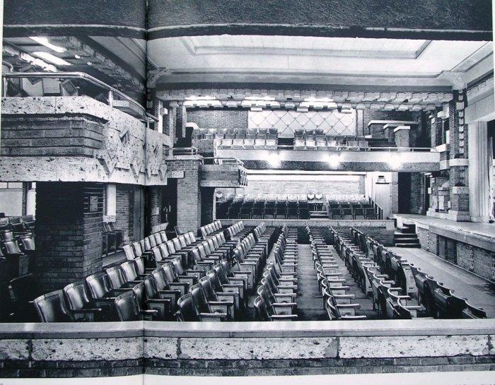 オーディトリウム内部1階南側桟敷席より北側を見る。右側が舞台 明石信道著「旧帝国ホテルの実証的研究」より 撮影 村井 修