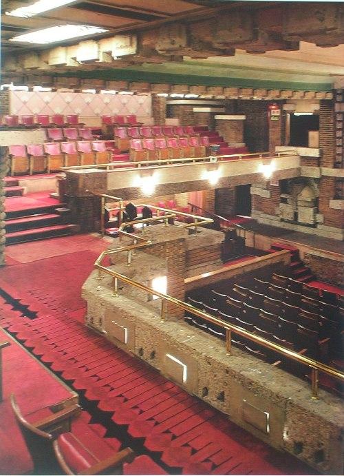 2階後部座席より北東面舞台方向を見る  明石信道著 「旧帝国ホテルの実証的研究」より  撮影 村井修