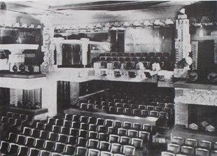 明石信道著「旧帝国ホテルの実証的研究」より オーディトリウム創建時の客席後方を見る。 2階席の左右に大谷石によるオーナメントが見える。戦後はこのオーナメントはなくなっていた。