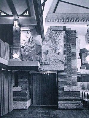 雀の間の由来となった大谷石による孔雀のオーナメント。幸いにも孔雀のオーナメントは残った。 明石信道著「旧帝国ホテルの実証的研究」より  撮影 村井修