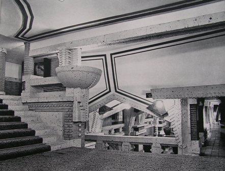 ホワイエより プロムナードを下方に見る 右側に見える通路はギャラリー 左の広い階段を上がってバンケットホールへと導かれる。   明石信道著 「旧帝国ホテルの実証的研究」より 撮影 村井修