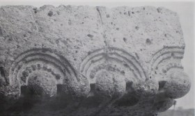 ギャラリー先端部の日本瓦を想起させるレリーフ彫刻 明石信道著 「旧帝国ホテルの実証的研究」より