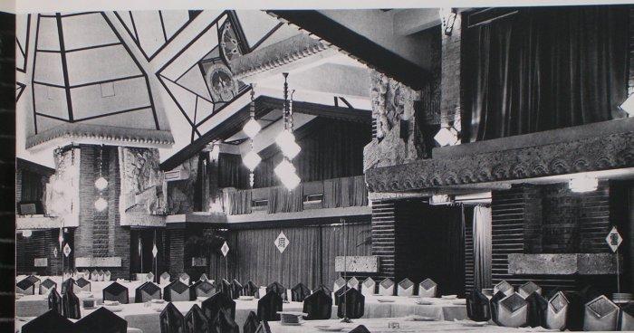 バンケットホールの東側主賓席方向を見る。2階はオーケストラバルコニー。戦後再建されたもの 明石信道著「旧帝国ホテルの実証的研究」より 撮影 村井 修