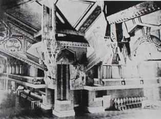 バンケットホール創建時の天井部分。 円をモチーフにした孔雀の彫刻と天井画の関連性がよくわかる。 左が西ウイング、右が北ウイングと思われる。 明石信道著「旧帝国ホテルの実証的研究」より