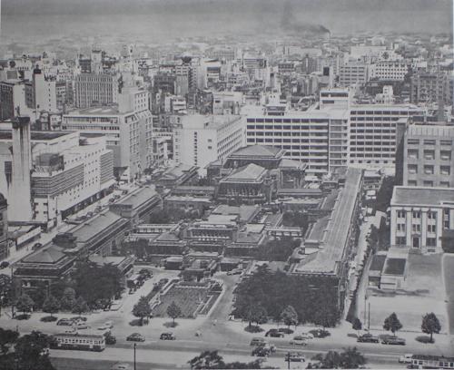 明石信道著「旧帝国ホテルの実証的研究」より 新館完成時の昭和30年代初頭頃の写真と思われます。 手前に見える路面電車や遠方に黒煙を吐く煙突が見えるのも郷愁を誘います。