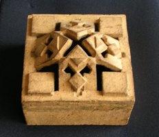 「照明テラコッタ」 寸法:約125x125x65(奥行) 縦横はレンガ2枚分のモジュール寸法になっている。