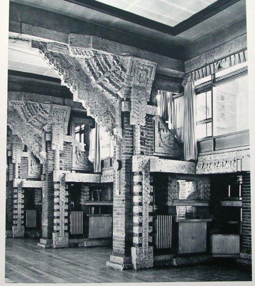 ダイニングの柱のデザインは上のロビーの大谷石柱とデザインモチーフが同じである。 梁との結合部の方杖のデザインは圧巻である。