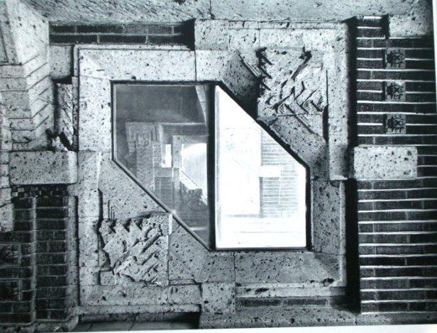 柱上部の詳細    明石信道著「旧帝国ホテルの実証的研究」より 撮影 村井修