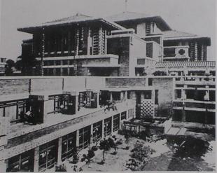 南側ブリッジから見た、ダイニングルーム側廊及びバンケットホール西面 明石信道著 「旧帝国ホテルの実証的研究」より