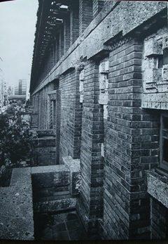北客室のバルコニーより壁面を見る 明石信道著 「旧帝国ホテルの実証的研究」より