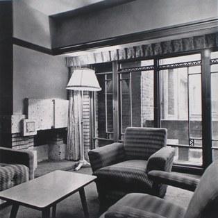 客室の内部。外に見える壁面からするとレセプションルームと思われる。 明石信道著「旧帝国ホテルの実証的研究」より 撮影 村井修