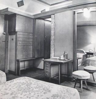 家具の机や天井の一部にライトのディテールが見られるが全体にはシンプルなデザインとなっている。 明石信道著「旧帝国ホテルの実証的研究」より 撮影 村井 修