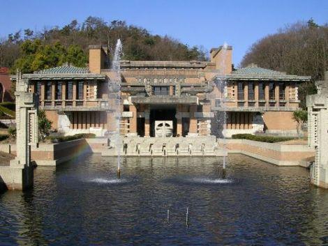 明治村の帝国ホテル正面 ご承知のように、帝国ホテルはエントランス、ロビー、ラ ウンジ部分が、愛知県明治村に再現されています。 レンガをはじめ大谷石も殆どが新しく作られたもので、 オリジナルとは比べ様がありませんが、大きさは全く同 じになっていますので、その雰囲気は味わえます。