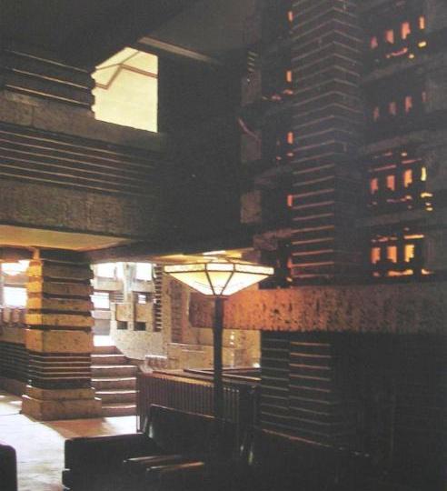 実物のロビーメインフロアーから南ラウンジに上る階段を見る。 階段の右にアルコーブの一部が見える。     明石信道著「旧帝国ホテルの実証的研究」より 撮影 村井修