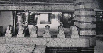 左の写真の手摺子部分の拡大 奥にメインダイニングの側廊が見える   明石信道著「旧帝国ホテルの実証的研究」より 撮影 村井修