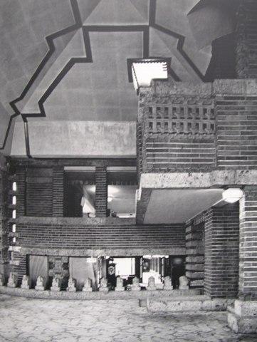 実物の北ラウンジの東面   明石信道著「旧帝国ホテルの実証的研究」より 撮影 村井修