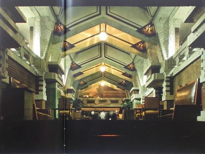 プロムナード  南側階段から中央階段方向を見る 明石信道著「旧帝国ホテルの実証的研究」より 撮影 村井 修