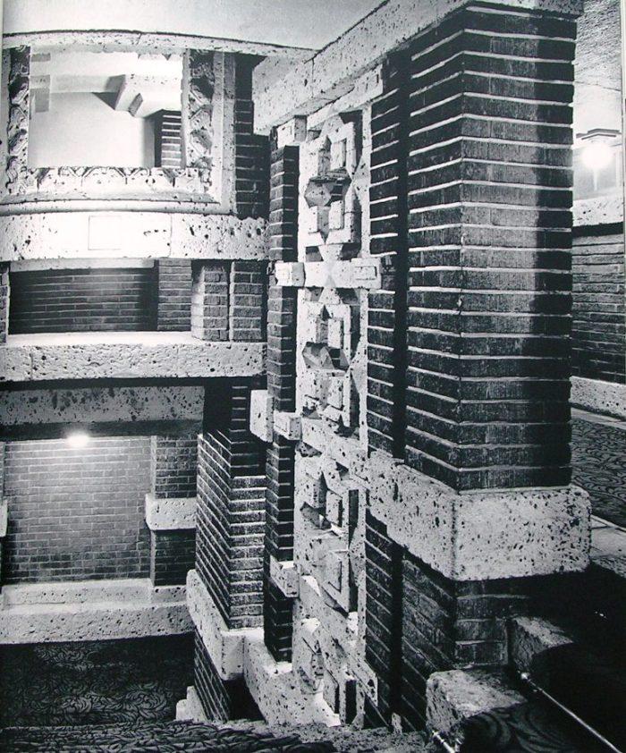 プロムナード階段 ギャラリーより見下ろす      明石信道著「旧帝国ホテルの実証的研究」より  撮影 村