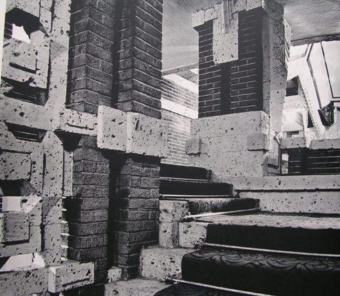 プロムナード階段上部 ホワイエへと導かれる 幅は比較的狭い   明石信道著 「旧帝国ホテルの実証的研究」より 撮影 村井修