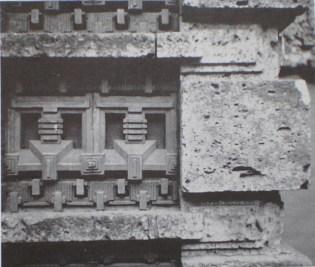 光の柱詳細 このように装飾テラコッタは殆どが千鳥模様レンガとの組み合わせで使用されている