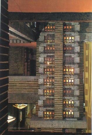 「装飾テラコッタ」使用例 このテラコッタレンガの使用方法の代表的な使用例 ロビー4隅にある光の柱に使用されている。