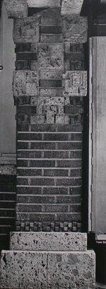 「市松模様レンガ」使用例 市松模様レンガはこのように基壇部の大谷石とスクラッチレンガ の見切りに使用されている。 この使用方法はすべての場所で一貫して貫かれている。