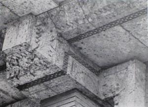 「市松模様レンガ」使用例 この写真はバンケットホール外部のキャンティレバー(片持ち梁)下部です。 大谷石の装飾にアクセントをつけデザインが引き締まって見えます。