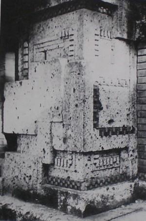 「市松模様レンガ」使用例 この場所は西側メインエントランスの建物 外壁コーナー部分です。 例の如く基壇部の見切りに使用され、 また上部の梁との見切りにも使用されている。 真ん中あたりにアクセントとして千鳥模様レンガも使用されている。