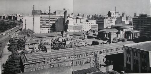 南側から全景を見る。手前の客室棟はライト帰国後、日本人だけで建設された。 日生劇場が建設工事中の頃の写真 明石信道著「旧帝国ホテルの実証的研究」より 撮影 村井修