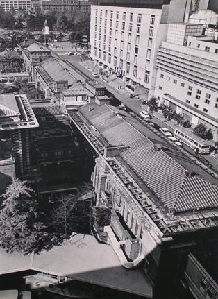 北棟の客室を当時の帝国ホテル新館より見る。  右の白い7階建の建物は完成間もない村野藤吾設計日生劇場 遠方に噴水の見える公園は日比谷公園 明石信道著「旧帝国ホテルの実証的研究」より 撮影 村井 修