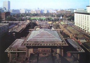 新館から西方を見る。手前の屋根はバンケットホールの屋根。 向こうに見える緑は日比谷公園。右側の白い建物は日生劇場。 明石信道著 「旧帝国ホテルの実証的研究」より  撮影 村井修